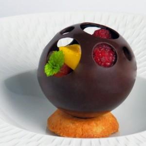 dessert Chocolaterie - sphère en chocolat ajourée et garnie de fruits